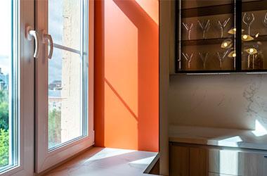 Кухонное окно с оранжевыми откосами